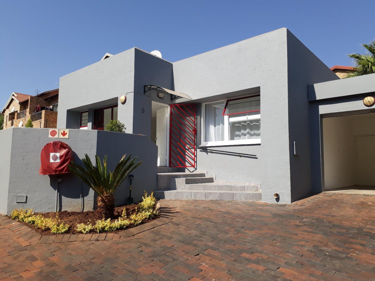 2 Bedroom Townhouse for Sale in Roodekrans, Roodepoort - Gauteng