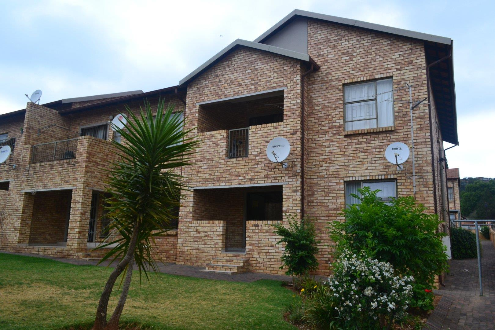 3 Bedroom Townhouse for Sale in Roodekrans, Roodepoort - Gauteng