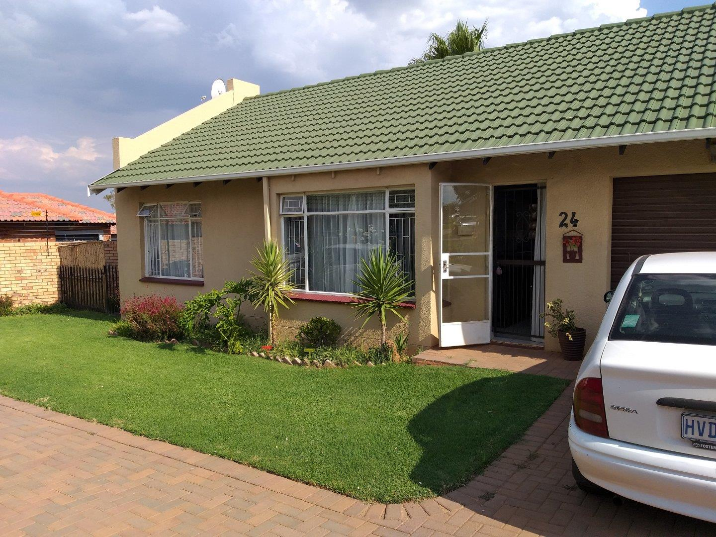 2 Bedroom Townhouse for Sale in Groblerpark, Roodepoort - Gauteng