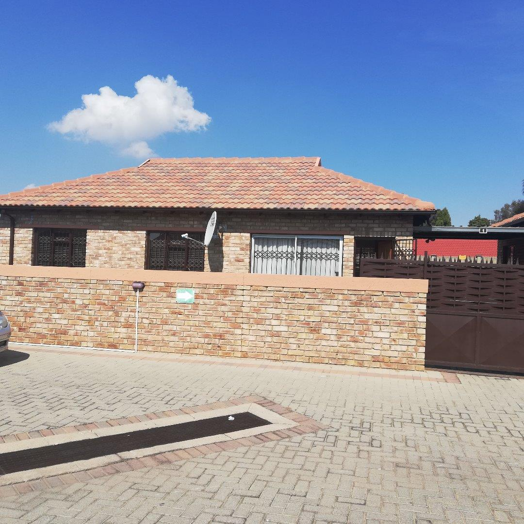 3 Bedroom Townhouse for Sale in Groblerpark, Roodepoort - Gauteng
