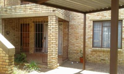 2 Bedroom Townhouse for Sale in Helikonpark, Randfontein - Gauteng