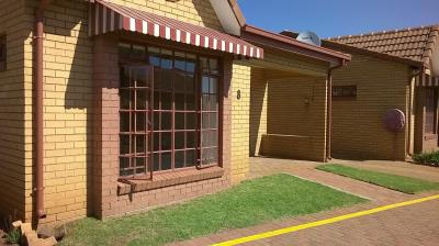 1 Bedroom Retirement Village for Sale in Wilro Park, Roodepoort - Gauteng