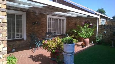 2 Bedroom Retirement Village for Sale in Wilro Park, Roodepoort - Gauteng